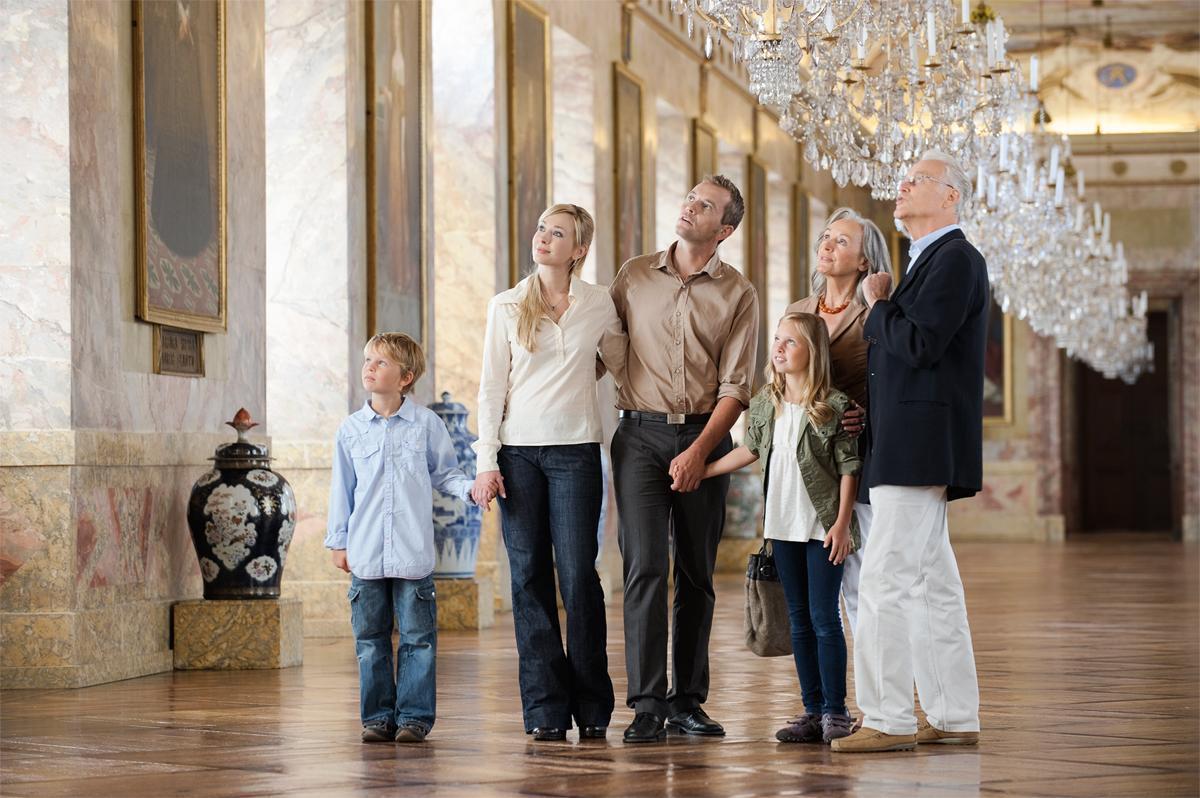 Besucher in der Ahnengalerie, Residenzschloss Ludwigsburg; Foto: Staatliche Schlösser und Gärten Baden-Württemberg, Niels Schubert