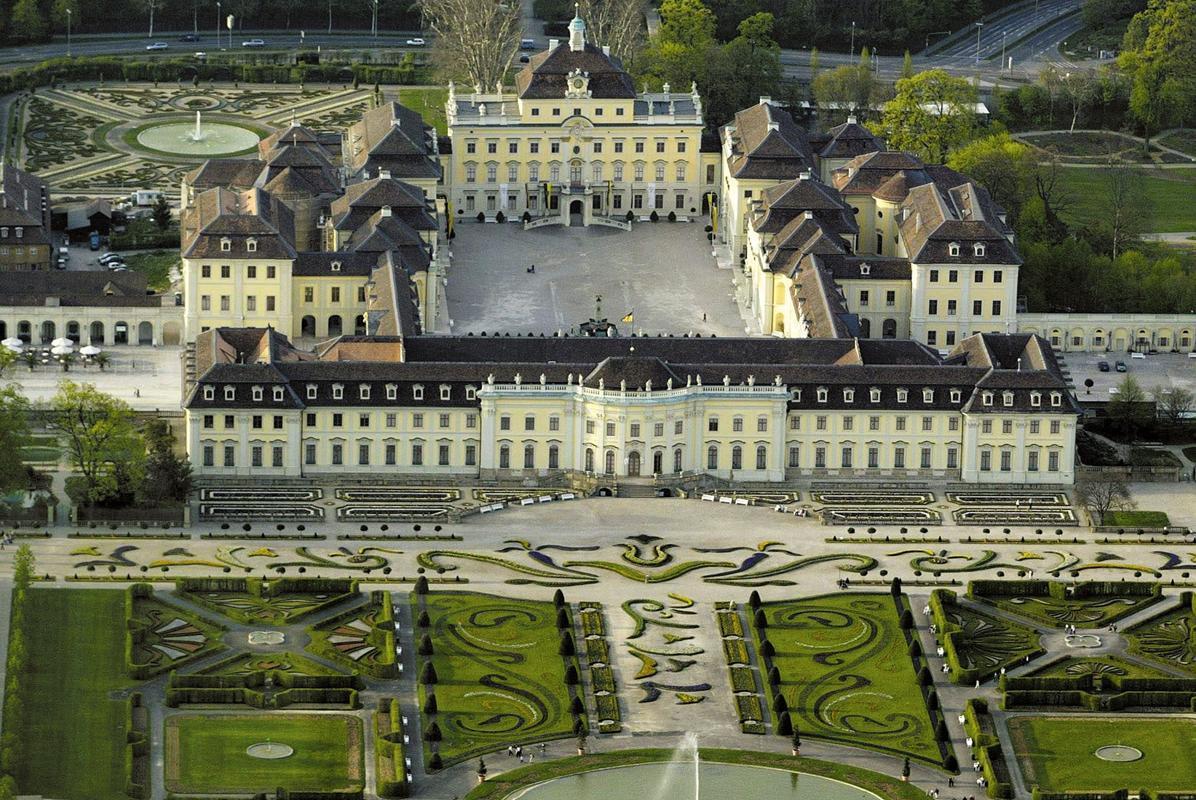 Luftaufnahme des Residenzschlosses Ludwigsburg mit einem Teil der Gartenanlage