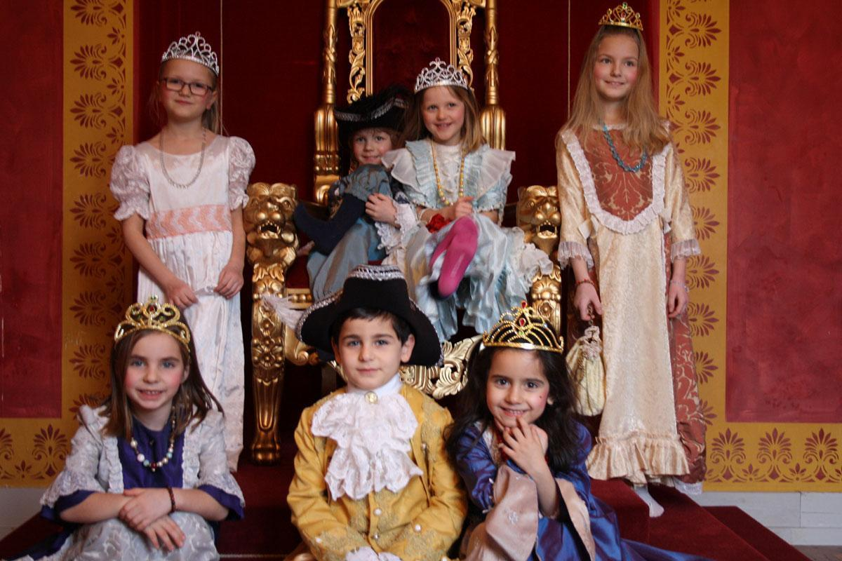 Image: Children in historic costumes at Ludwigsburg Residential Palace