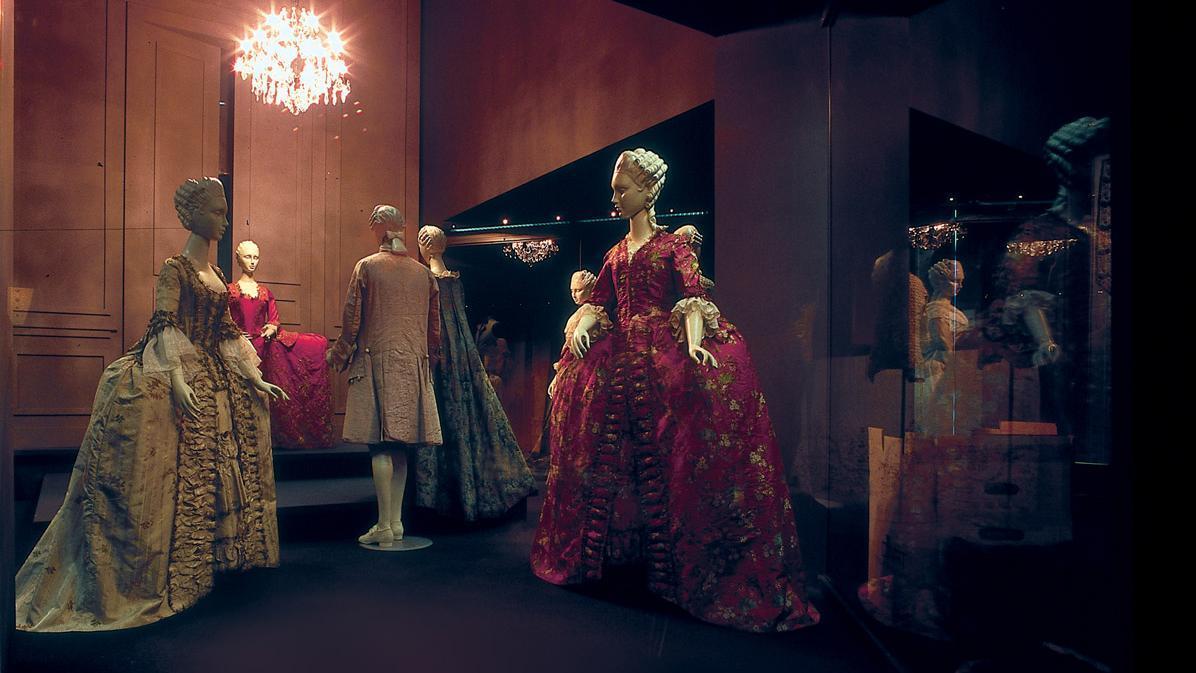 Großvitrine im Modemuseum des Residenzschlosses Ludwigsburg; Foto: Staatliche Schlösser und Gärten Baden-Württemberg, Norbert Stadler
