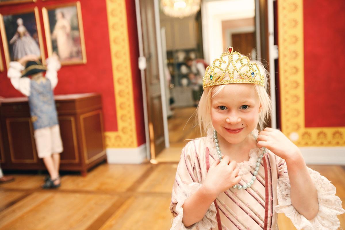 Kostümiertes Mädchen im Schloss; Foto: Staatliche Schlösser und Gärten Baden-Württemberg, Michael Fuchs