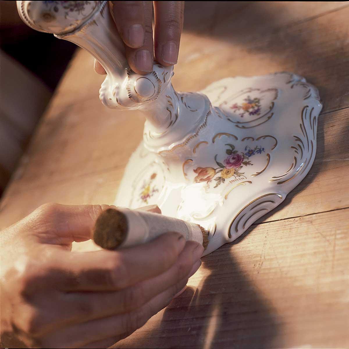 Porzellanmanufaktur Ludwigsburg: Polieren; Foto: Porzellanmanufaktur Ludwigsburg GmbH
