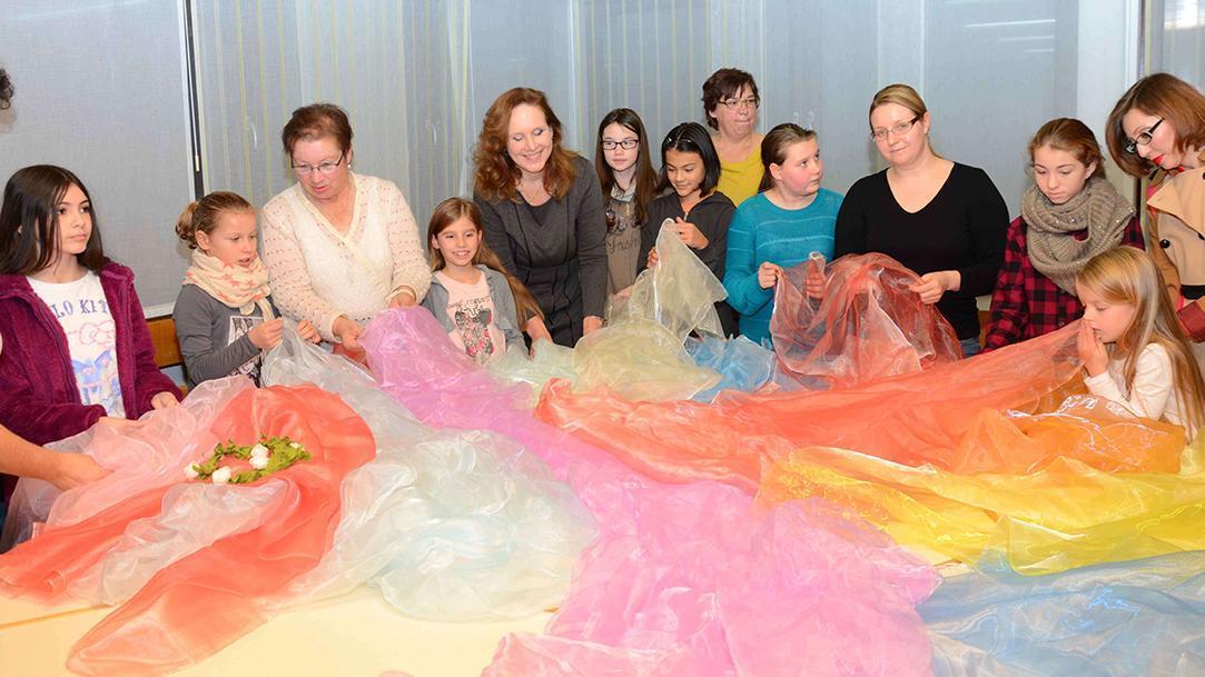 Projektteilnehmerinnen und -teilnehmer bei der Stoffauswahl; Foto: Dr. Eva Maria Schneider-Gärtner