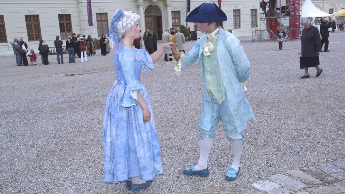 Paar in historischen Kostümen im Hof des Residenzschlosses Ludwigsburg; Foto: Landesmedienzentrum Baden-Württemberg, Arnim Weischer