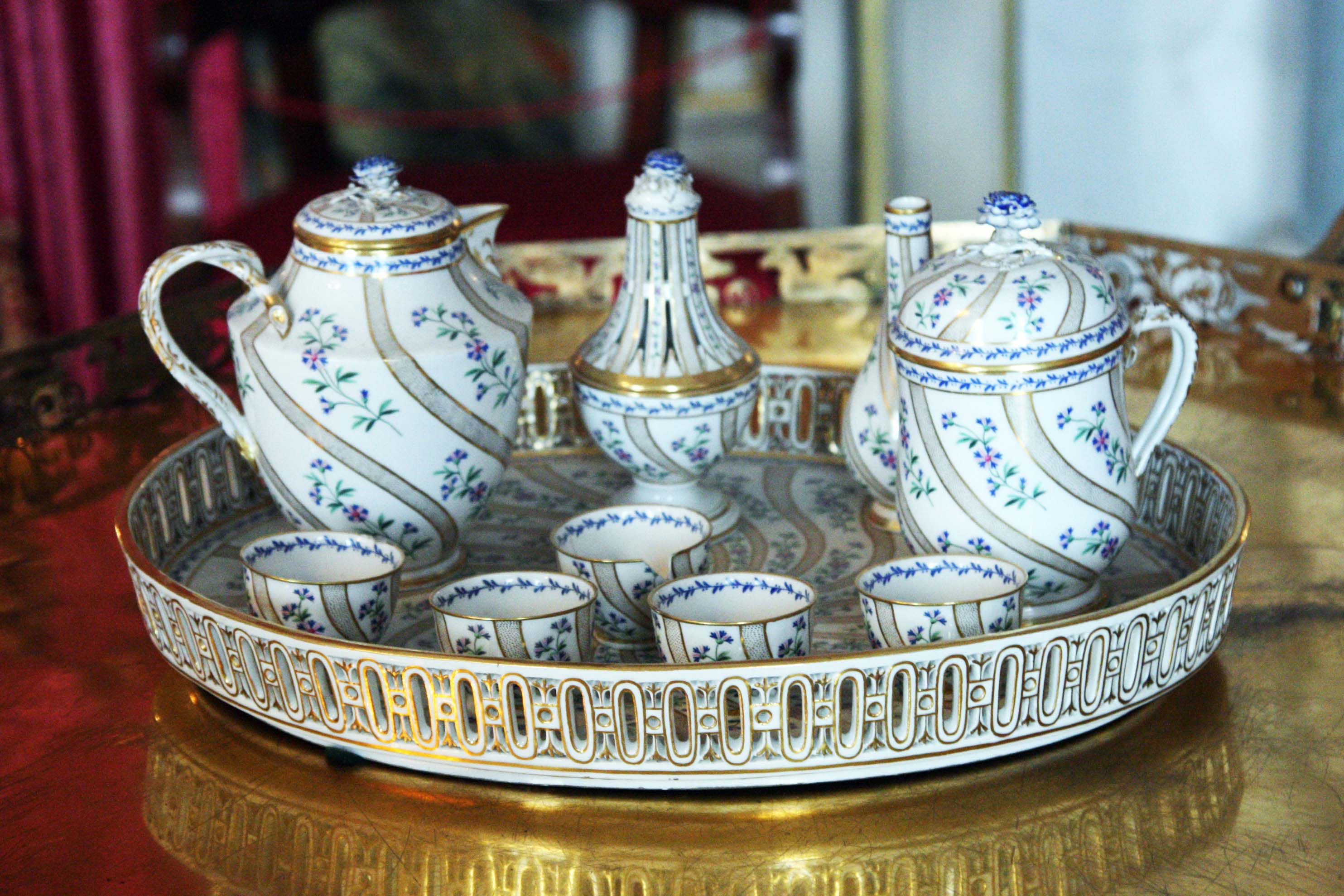 Ludwigsburg Residential Palace, Meissner porcelain belonging to Queen Charlotte Mathilde, 1810–1820. Image: Wikimedia Commons, Andys https://commons.wikimedia.org/wiki/Category:Inventory_of_Ludwigsburg_Palace?uselang=de#/media/File:RSLB_MeisnerPorzelan.jpg