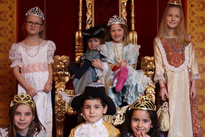 Kinder in historischen Kostümen im Residenzschloss Ludwigsburg