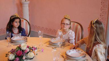 Kinder im Speisezimmer an fürstlicher Tafel im Residenzschloss Ludwigsburg; Foto: Staatliche Schlösser und Gärten Baden-Württemberg, Sarah Eisenmann