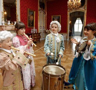 Kostümierte Kinder im Schloss; Foto: Staatliche Schlösser und Gärten Baden-Württemberg, Michael Fuchs