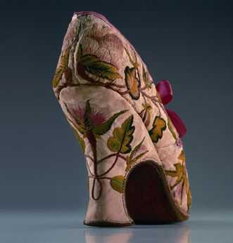 Baroque lady's shoe in the fashion museum at Ludwigsburg Residential Palace. Image: Staatliche Schlösser und Gärten Baden-Württemberg, Ludwigsburg local administration