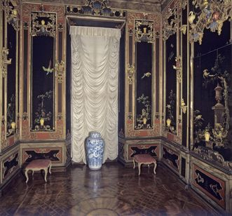 View into the Chinese lacquer cabinet in the hunting pavilion with original flooring. Image: Staatliche Schlösser und Gärten Baden-Württemberg, Steffen Hauswirth