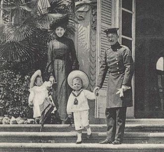 Princess Olga and Prince Maximilian with their children in Ludwigsburg. Image: Hauptstaatsarchiv Stuttgart