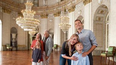 Besucher im Marmorsaal des Residenzschlosses Ludwigsburg; Foto: Staatliche Schlösser und Gärten Baden-Württemberg, Niels Schubert