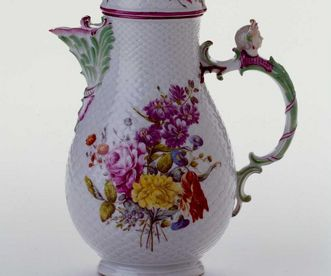 Coffee pot with scale pattern, Ludwigsburg porcelain. Image: Landesmuseum Württemberg