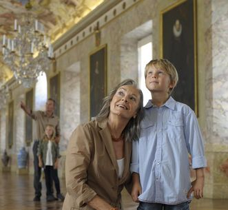 Residenzschloss Ludwigsburg, Besucher in der Ahnengalerie; Foto: Staatliche Schlösser und Gärten Baden-Württemberg, Niels Schubert
