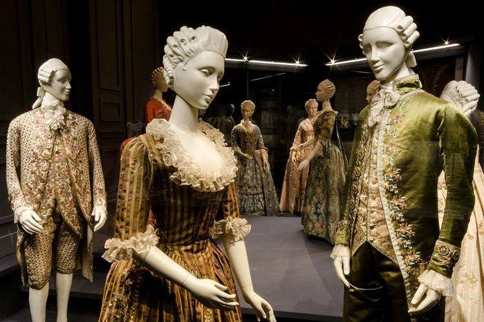 Présentation d'habits d'époque au musée de la Mode au château résidentiel de Ludwigsbourg