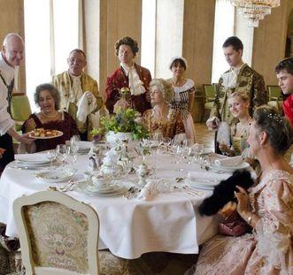 esucher speisen während der Soirée Royal; Foto: Staatliche Schlösser und Gärten Baden-Württemberg, Norbert Stadler