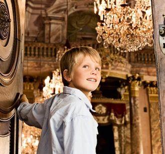 Junge an Saaltür, Residenzschloss Ludwigsburg; Foto: Staatliche Schlösser und Gärten Baden-Württemberg, Niels Schubert