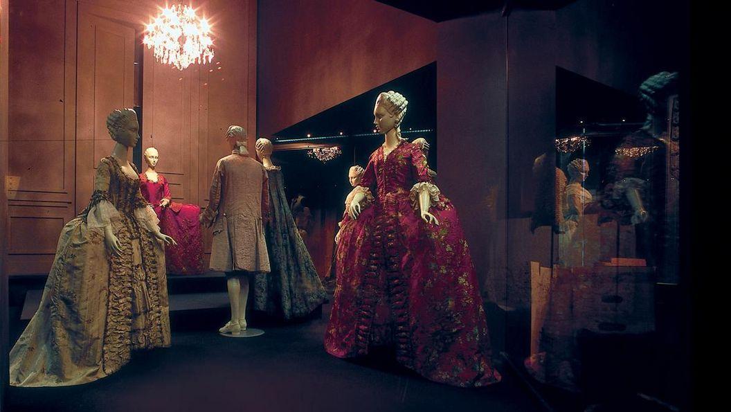 Großvitrine im Modemuseum des Residenzschlosses Ludwigsburg
