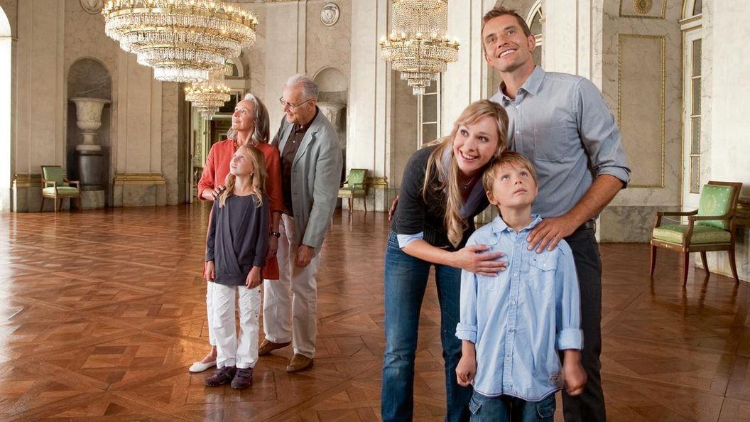 Besucher im Marmorsaal im Residenzschloss Ludwigsburg