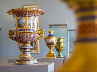Residenzschloss Ludwigsburg, schöne Vasen im Keramikmuseum