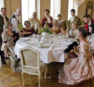 Besucher speisen während der Soirée Royal; Foto: Staatliche Schlösser und Gärten Baden-Württemberg, Norbert Stadler