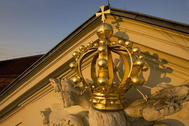 Ludwigsburg Palace, Golden crown on the gable
