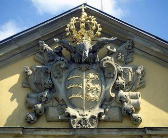 Wappen Friedrichs I. mit Krone am Giebel des Residenzschlosses Ludwigsburg; Foto: Landesmedienzentrum Baden-Württemberg, Urheber unbekannt