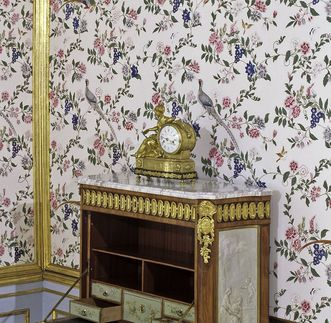 Tischuhr von 1765 auf einem Schreibschrank im Carl-Eugen-Appartement, Schloss Ludwigsburg; Foto: Staatliche Schlösser und Gärten Baden-Württemberg, Ralf Cohen