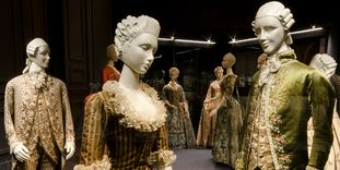 Image: Original clothing in the fashion museum at Ludwigsburg Residential Palace