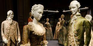 Präsentation von originalen Kleidern im Modemuseum des Residenzschlosses Ludwigsburg